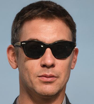 Imagen de la cara de una persona que lleva gafas de sol subida por Julián Vida Barea